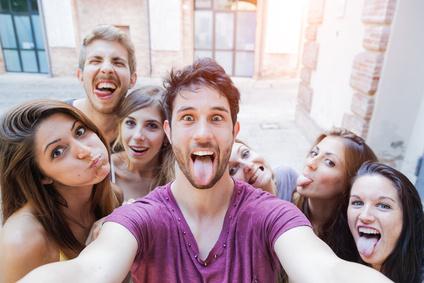 Selfie adolescenti si scattano foto in citt